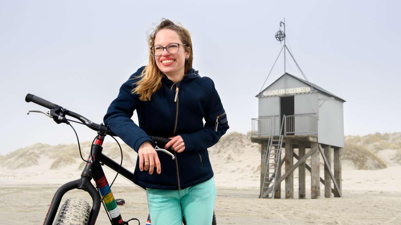 Eilandmeisje met een fatbike op het strand
