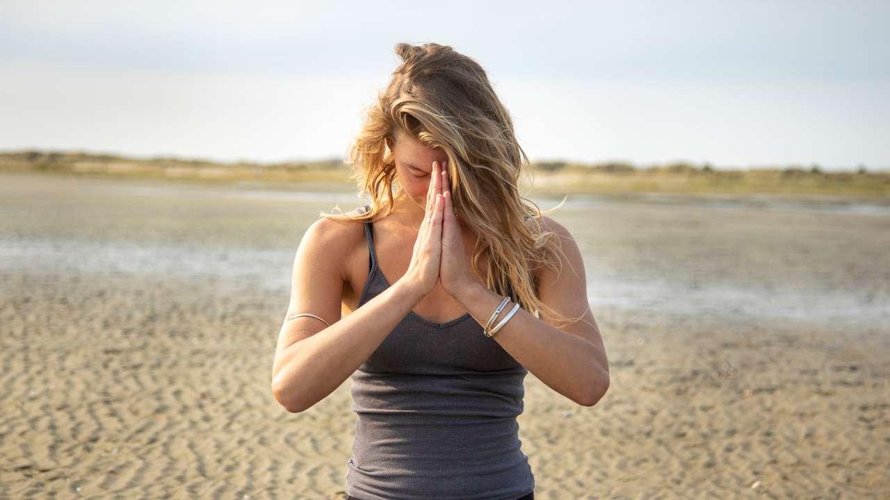 Yogadocent op het strand
