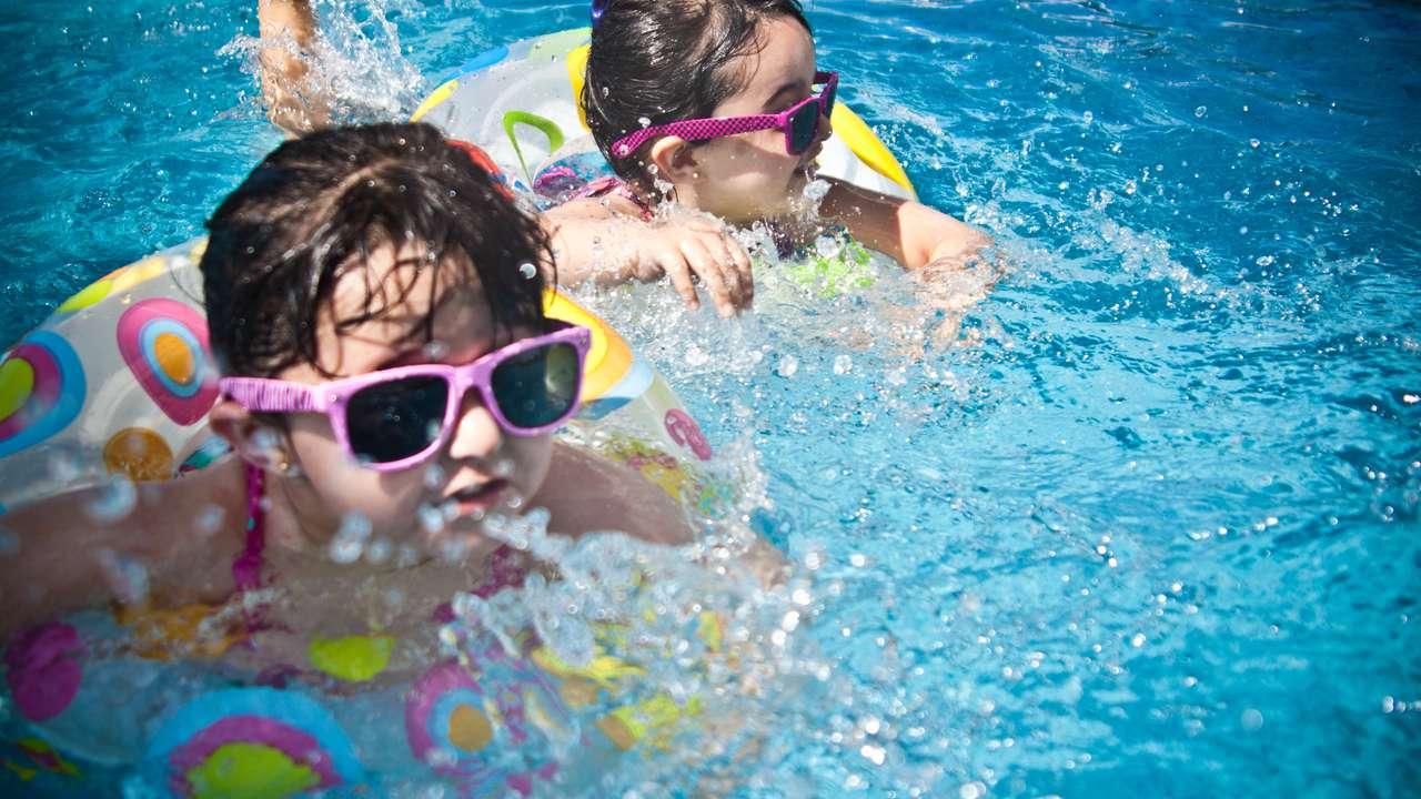 Spelende kinderen in het water
