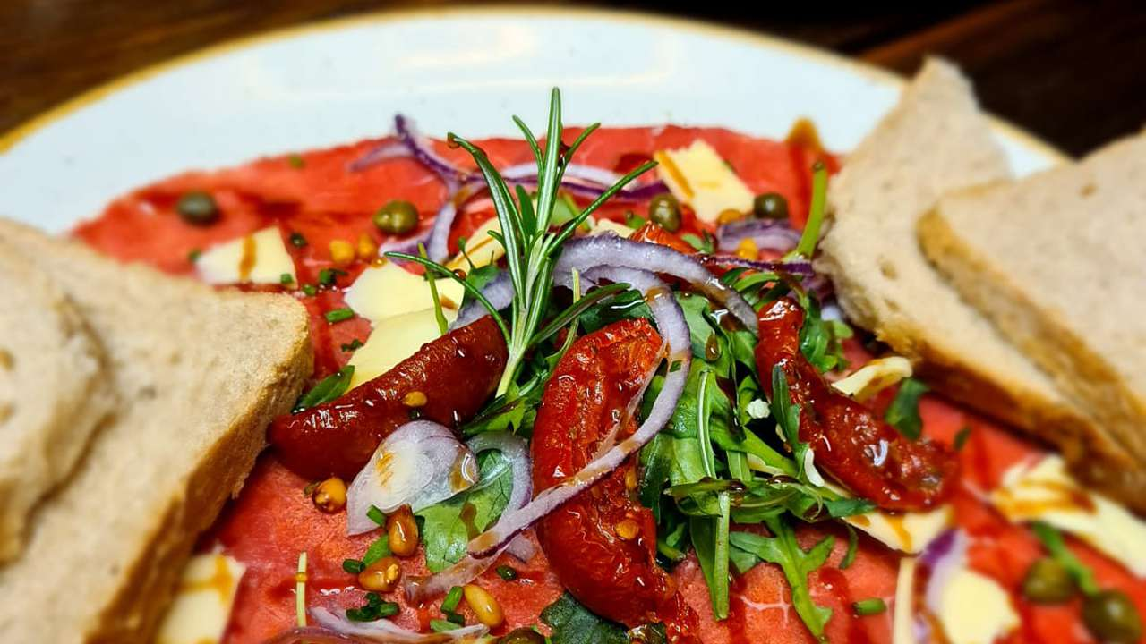 Carpaccio met zongedroogde tomaatjes