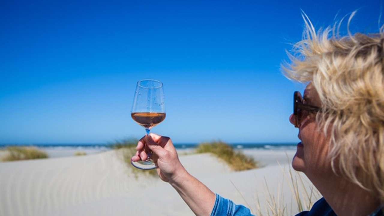 Een glas wijn op het strand