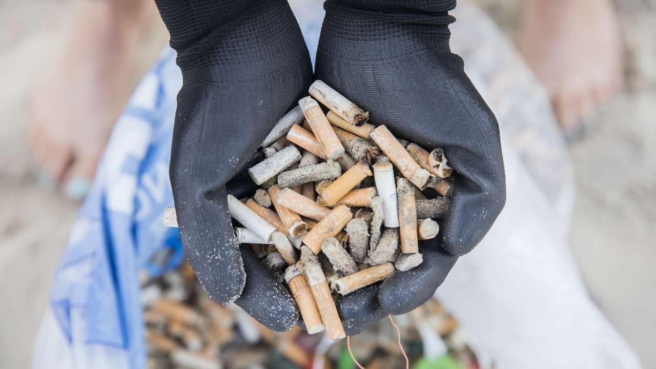 Sigaretpeuken op het strand