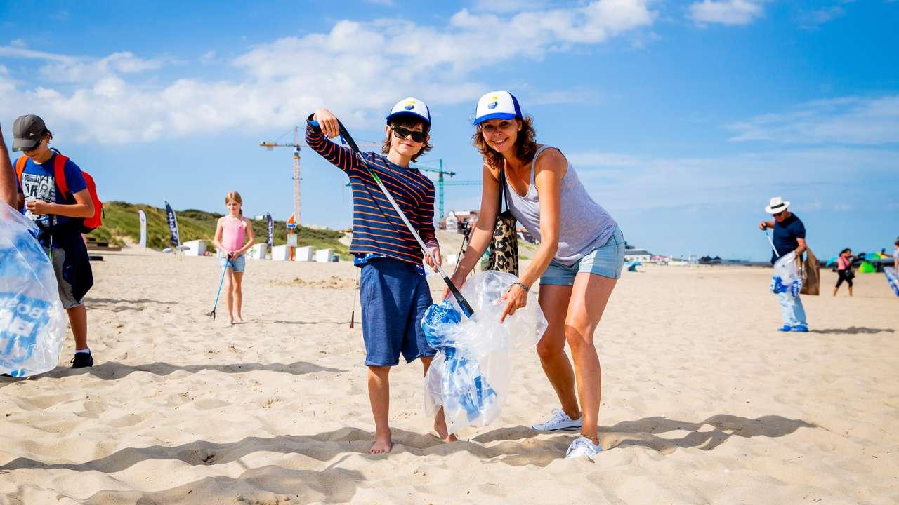 Beach cleanup op Terschelling
