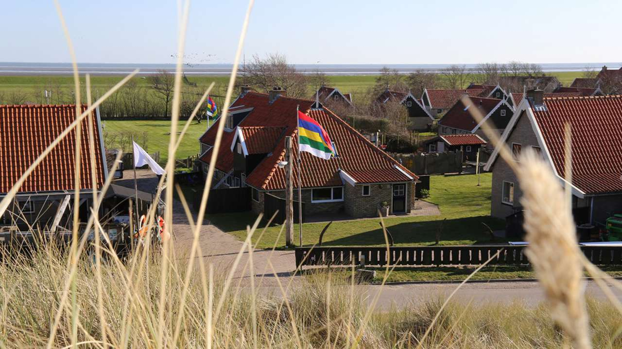 Het appartement de Jutter gezien vanuit de duinen van Terschelling