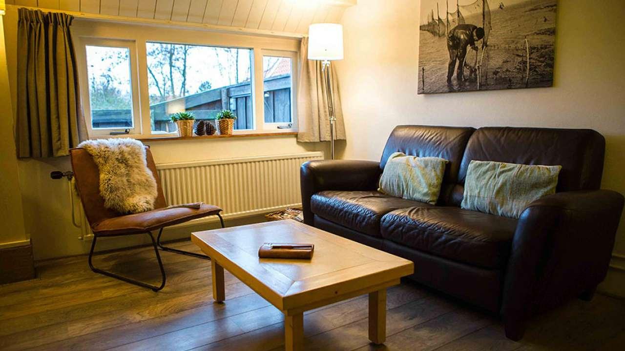 De woonkamer van het appartement de Kooiker op Terschelling
